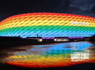 Bayern Monaco con fascia arcobaleno nel Giorno della memoria