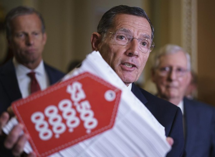 I senatori Thune, Barrasso e McConnell (Repubblicani) protestano contro il piano da 3500 miliardi di dollari