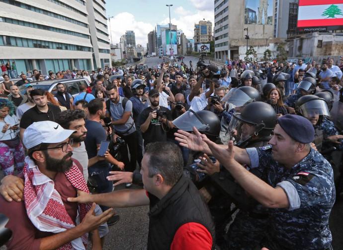 Scontro fra fazioni a Beirut, la polizia interviene per dividerli