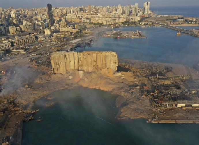 Il porto di Beirut devastato dall'esplosione