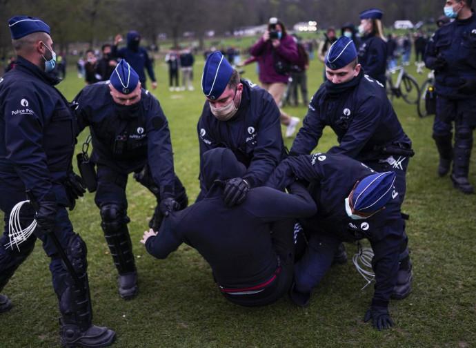 Belgio, polizia reprime una manifestazione anti-lockdown