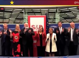 I socialisti europei cantano Bella Ciao a bordo del Titanic