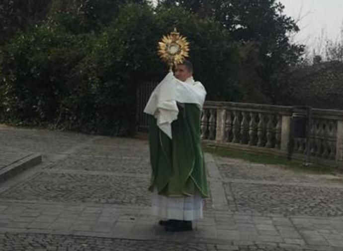 Don Gabriele Bernardelli benedice i fedeli dal sagrato dopo la messa