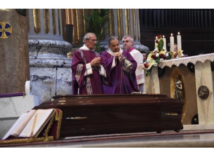 Il cardinale di Bologna Carlo Caffarra celebra i funerali del cardinale Giacomo Biffi