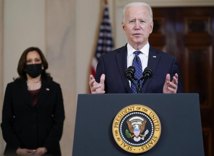 Joe Biden e Kamala Harris (alle sue spalle)