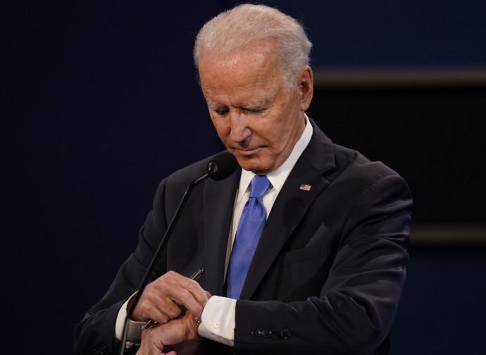 Biden guarda l'orologio durante il dibattito