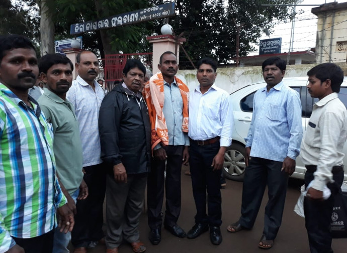 Bijay Sanseth (al centro) appena scarcerato