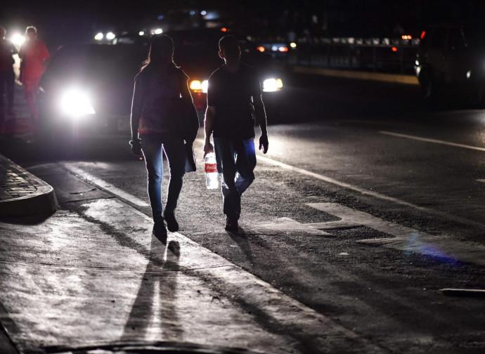Blackout a Caracas, i fari delle auto uniche luci
