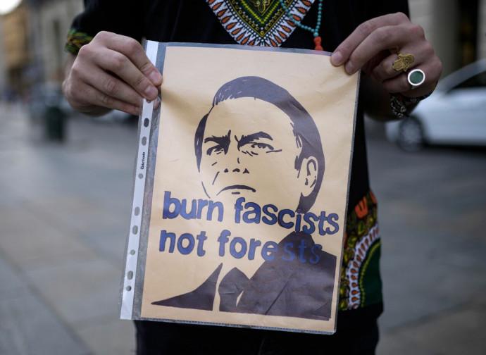 """""""Bruciate i fascisti non le foreste"""""""