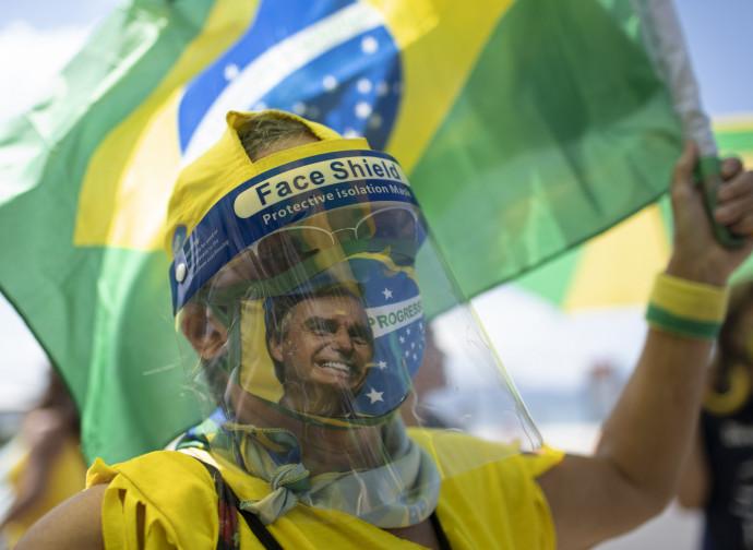 Manifestante pro Bolsonaro (con maschera e paraocchi)