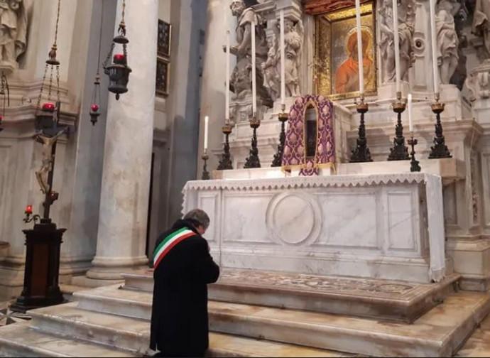 Brugnaro, sindaco di Venezia, in preghiera