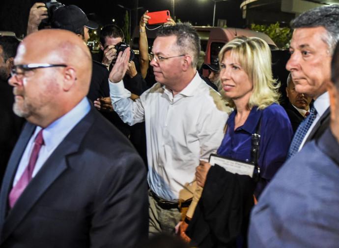Andrew Brunson saluta la folla a Smirne, una volta tornato libero