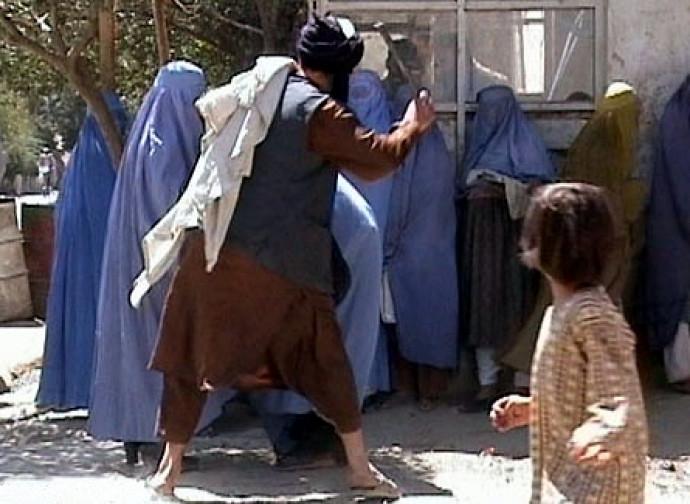 Donne in burqa picchiate in pubblico