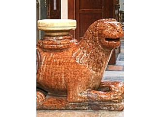 Il benvenuto in Basilica lo danno due leoni rossi