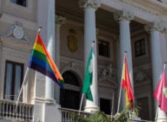 Via la bandiera LGBT dal municipio di Cadice