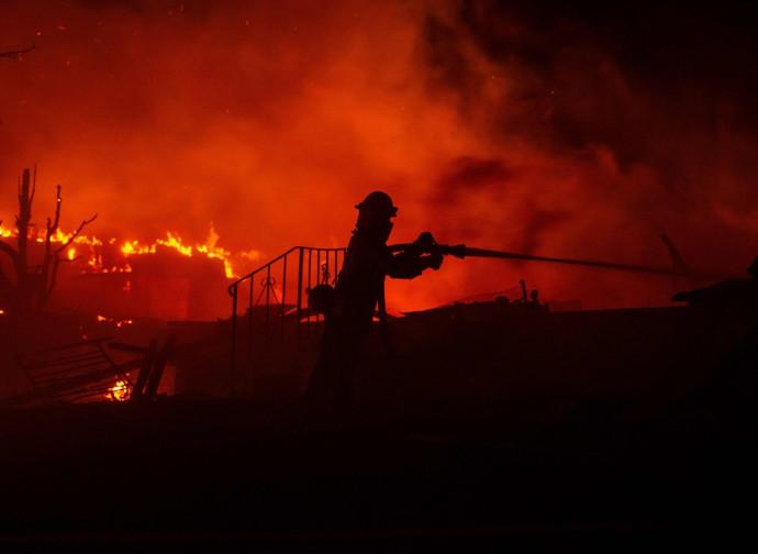 California, pompiere in azione contro un incendio