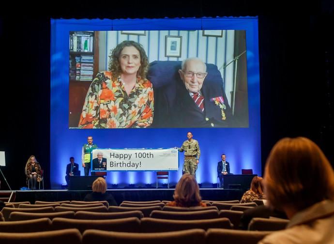 Captain Tom Moore e sua figlia Hannah inaugurano in videoconferenza il Nightingale Hospital in Yorkshire