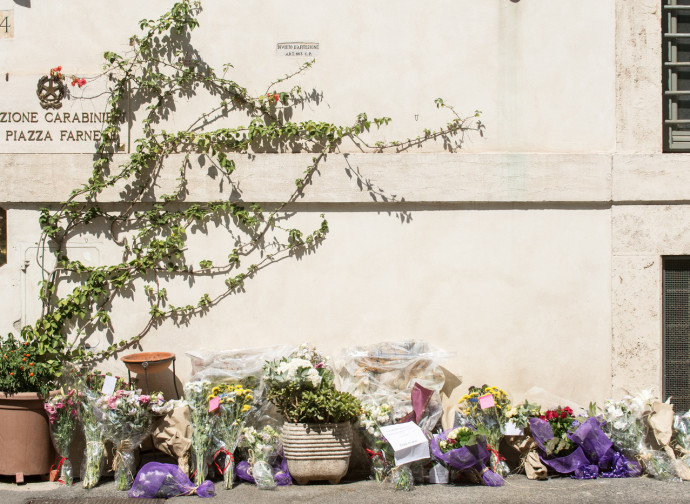 Fiori alla stazione dei Carabinieri di Roma, dopo l'uccisione di Rega