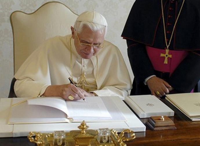 Benedetto XVI firma la Caritas in veritate