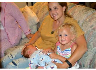 Rischiano la vita per salvare i figli: la legge del cuore materno