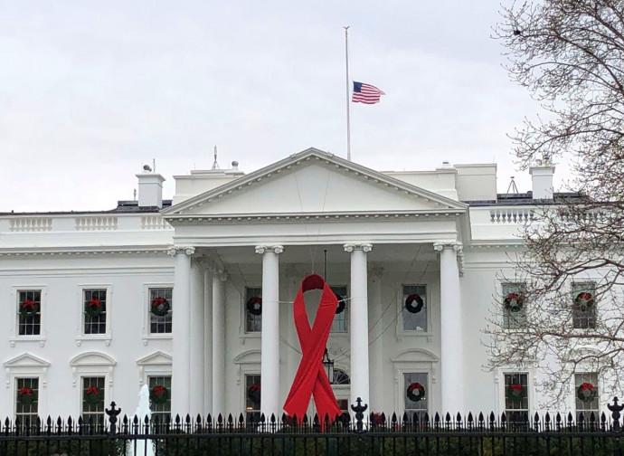 Casa Bianca con la bandiera a mezz'asta per la morte di Bush