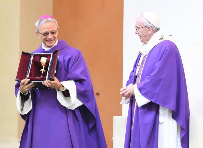 Monsignor Cavina con papa Francesco a Carpi
