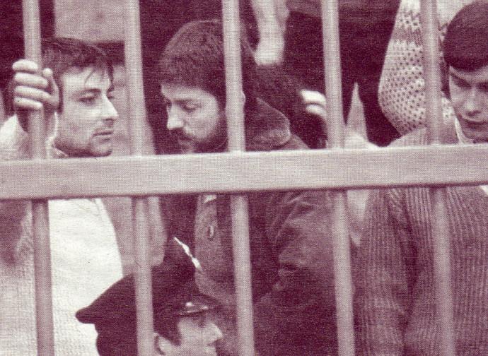 Cesare Battisti (a sinistra) nel carcere di Frosinone, nel 1981