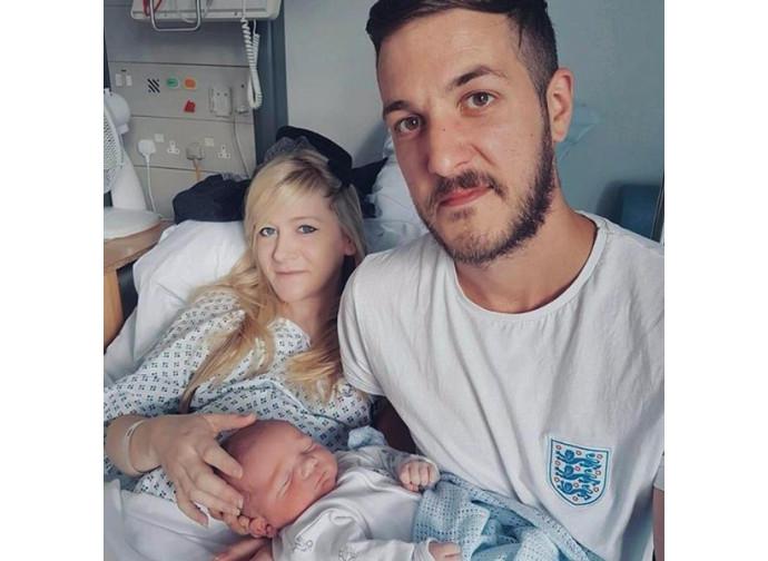 Charlie Gard con i genitori