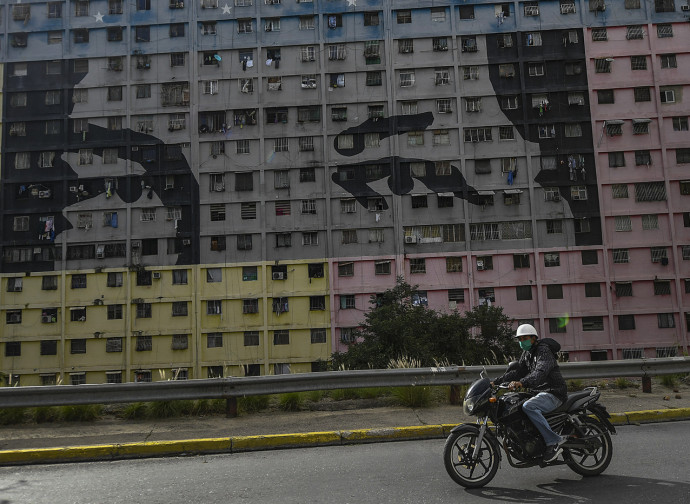 Murales di Chavez sulla facciata di case popolari a Caracas