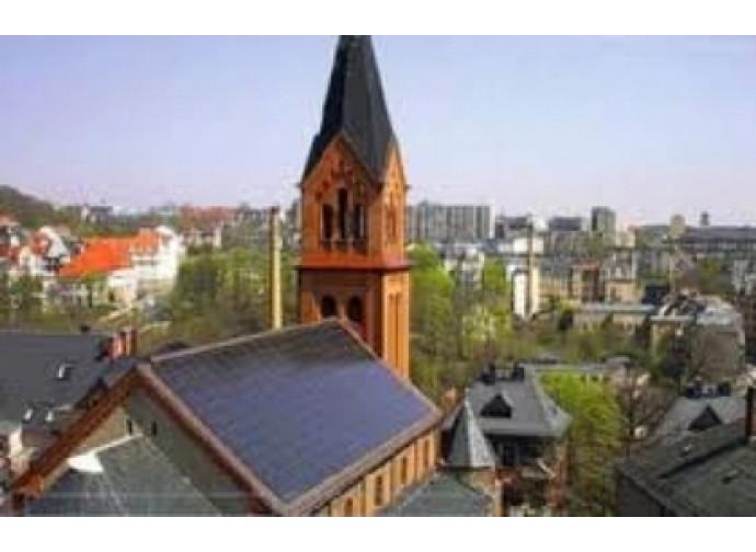 Chiesa con pannelli fotovoltaici sul tetto