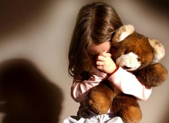 Moira, abusata dal padre gay e dalla madre lesbica