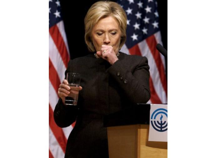 Hillary Clinton, colpi di tosse durante un comizio