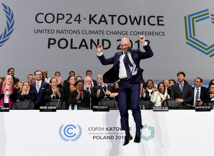 Il presidente della Cop24 Michal Kurtyca salta felice alla fine della Conferenza