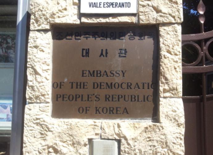La targa dell'ambasciata nordcoreana a Roma