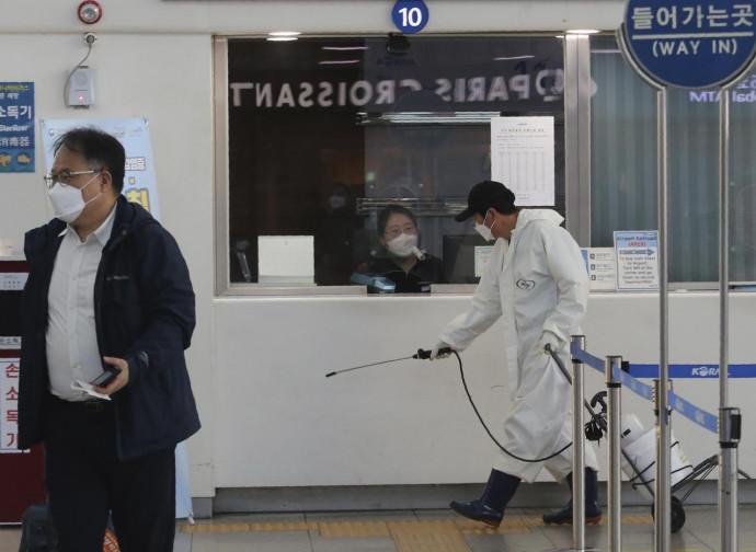 Sanificazione in una stazione di Seul