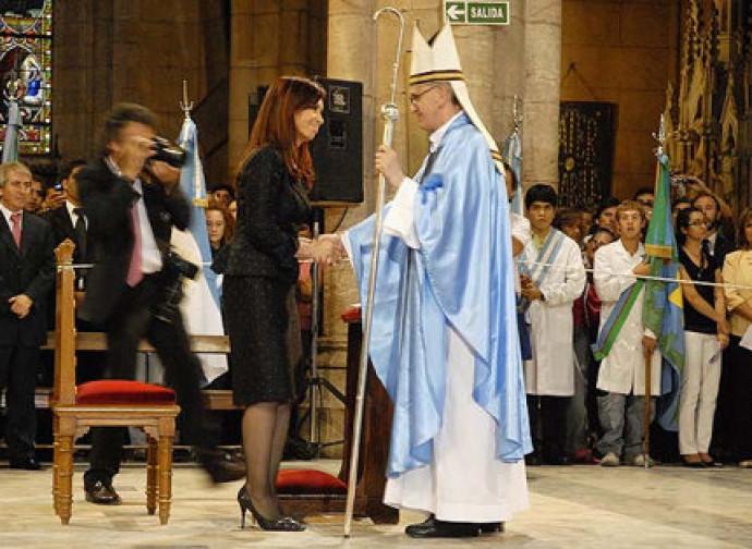 La presidenta Kirchner con l'allora cardinale Bergoglio