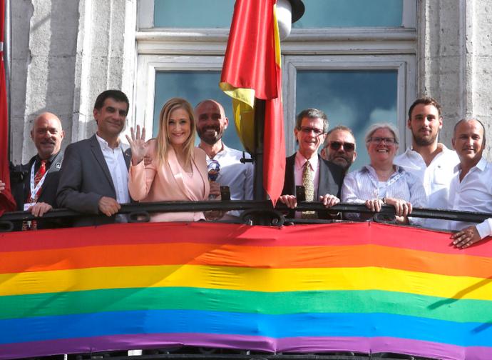 Cristina Cifuentes espone la bandiera arcobaleno sulla facciata del palazzo presidenziale regionale di Madrd
