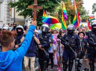 Un 15enne tenta di fermare il gay pride con una croce