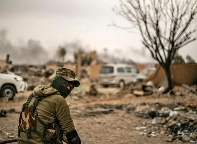 Miliziano delle Forze Democratiche Siriane a Baghouz nell'Est della Siria