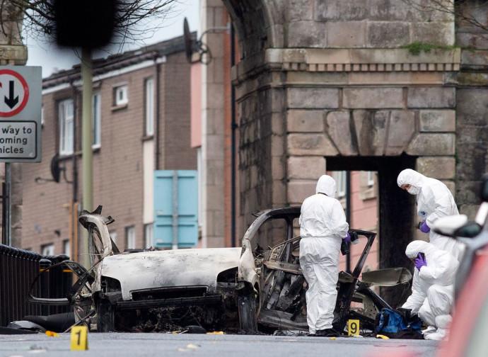 Irlanda del Nord, poliziotti ispezionano i resti dell'autobomba