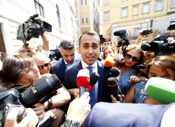 Di Maio assediato dai giornalisti dopo l'incontro col PD