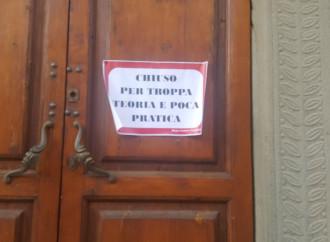 Uno dei cartelli ironici appesi fuori da una chiesa a Bagni di Lucca
