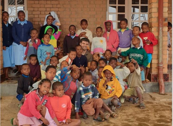 Don Luca Fornaciari con i bimbi di Manakara