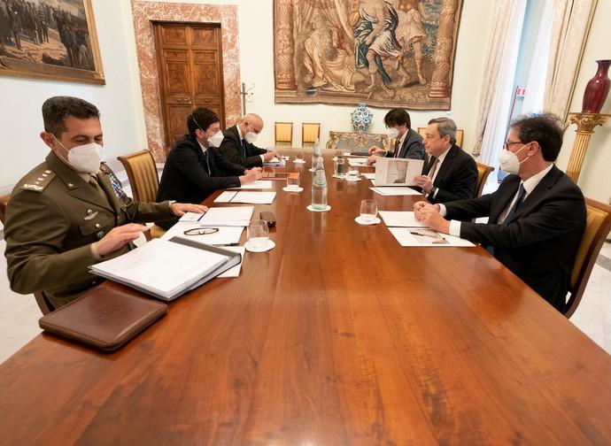 Il premier Draghi con il ministro Speranza e il gen. Figliuolo