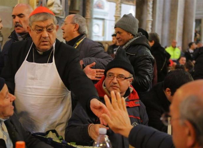 Il cardinal Sepe serve il pranzo in Cattedrale