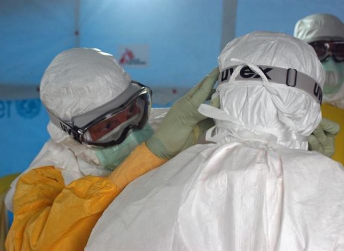 Medici con equipaggiamento anti-batteriologico