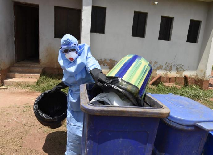 Medico in azione in Africa contro Ebola