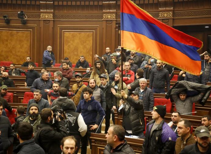 Manifestanti pro-Astrakh irrompono nel parlamento di Erevan