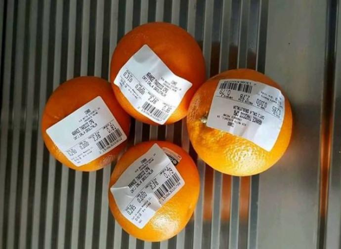Etichette sulle arance, un modo per aggirare il prezzo del sacchetto (da pagina Facebook)