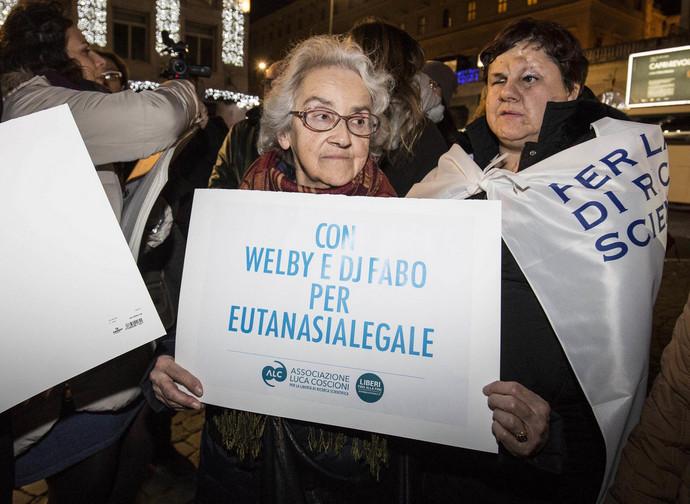 Una manifestazione pro-eutanasia dell'associazione Luca Coscioni